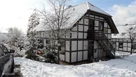 Woning voorzijde met veel sneeuw