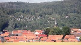 zicht op het feriendorf vanuit het dorp Frankenau