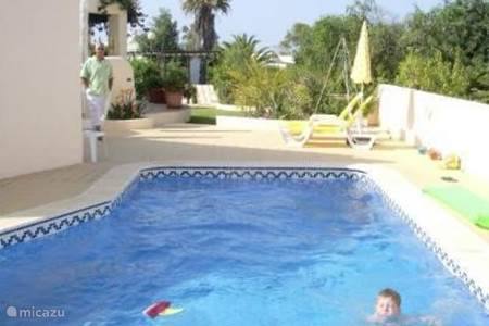 Villa vila pato feliz in carvoeiro algarve portugal huren - Strand zwembad natuursteen ...