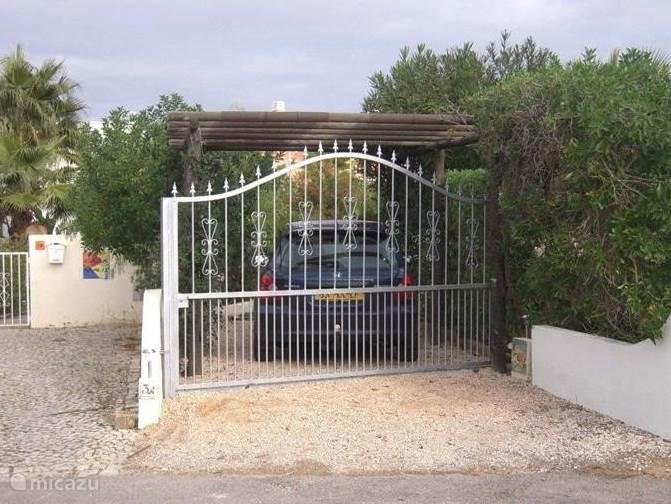 carport, afgesloten door een hek.