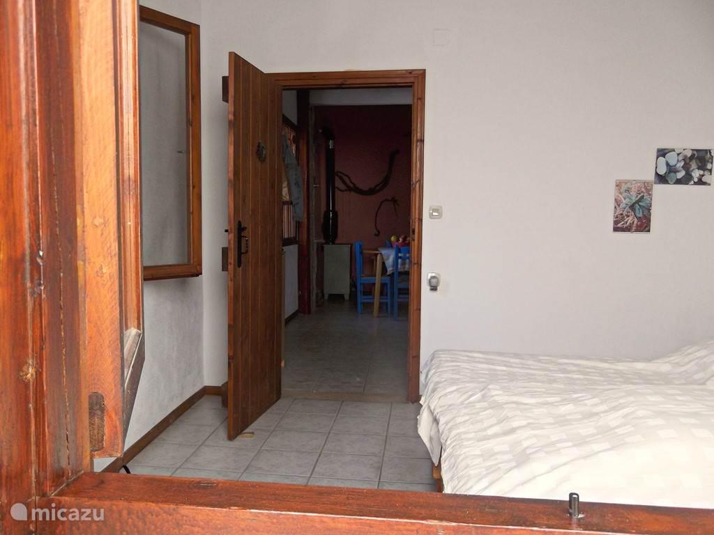 Inkijkje in een van de twee slaapkamers, met doorzicht naar de woonkeuken.