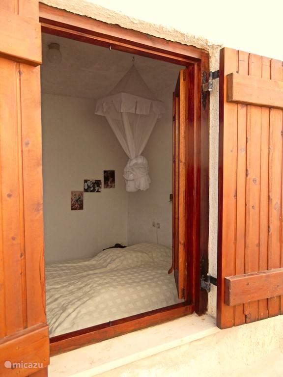Inkijkje in een van de twee slaapkamers.