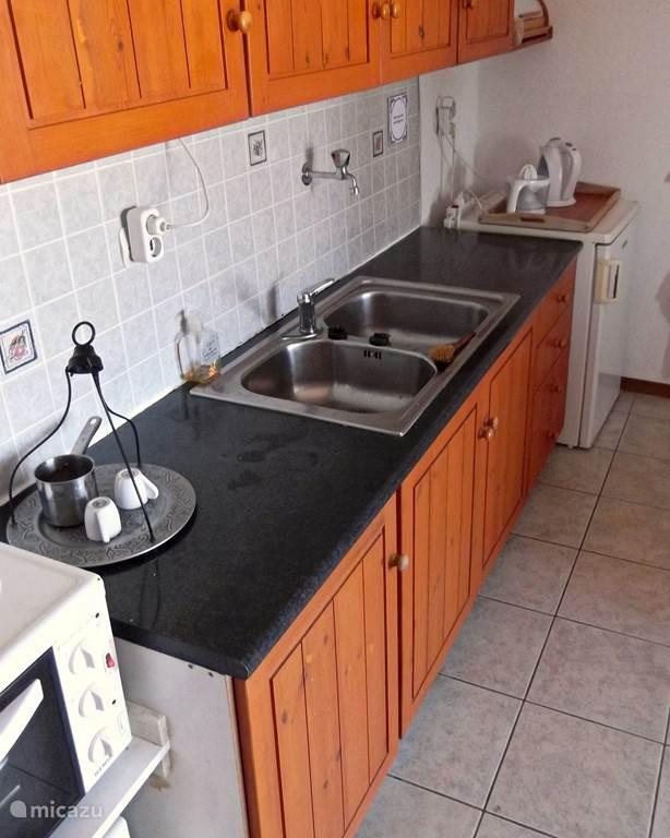 Het keukenblok in de woonkeuken.