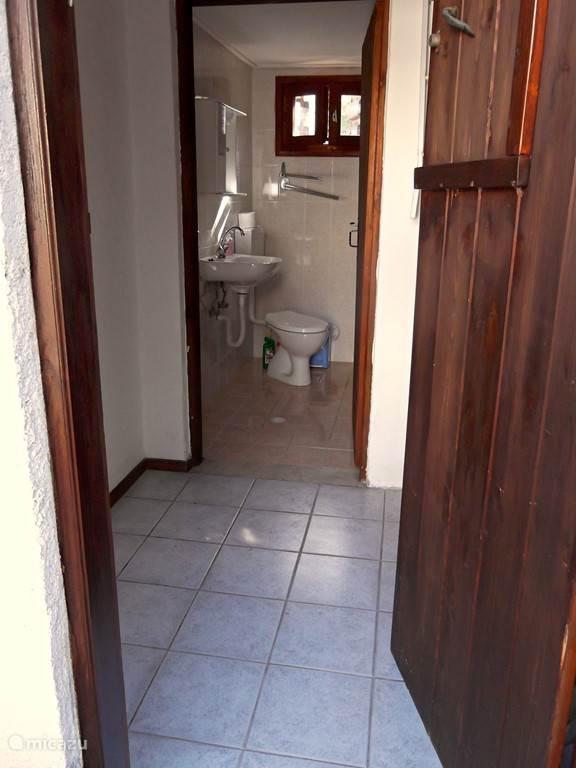 Doorkijkje naar de badkamer vanaf het achterterras.