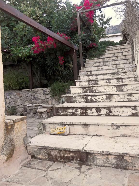 De trap, die rechts langs Villa Helios loopt. Gaat naar het hoger gelegen achtergebied.