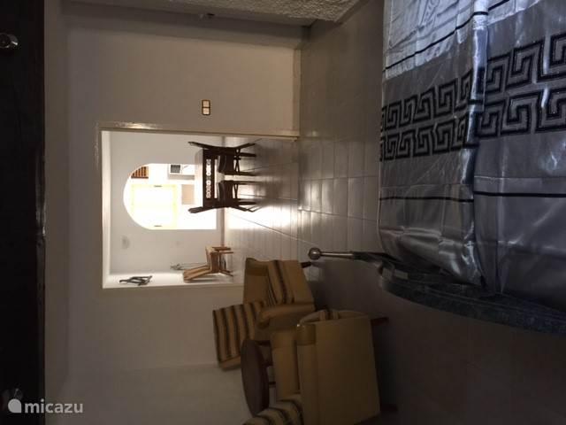 Slaapkamer met airconditioning en badkamer.