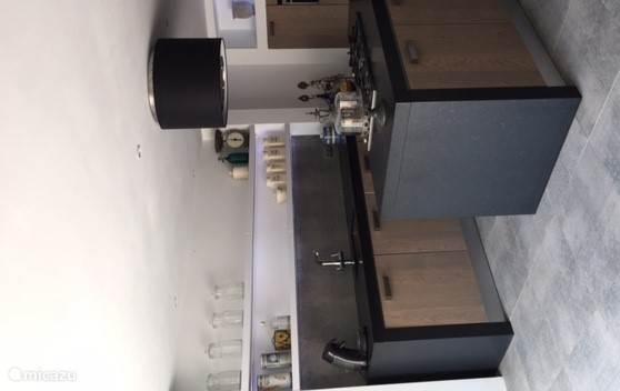 Heerlijke keuken met openslaande deuren naar de tuin aan de zwembadzijde