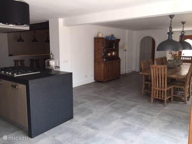 Keuken is voorzien van vaatwasser, oven/magnetron, quooker en drinkwater uit de kraan. Aansluitend is een binnenbar met een loungehoek.
