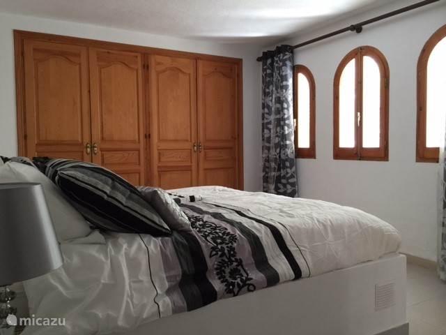 Slaapkamer  inbouwkast, aansluitende badkamer.