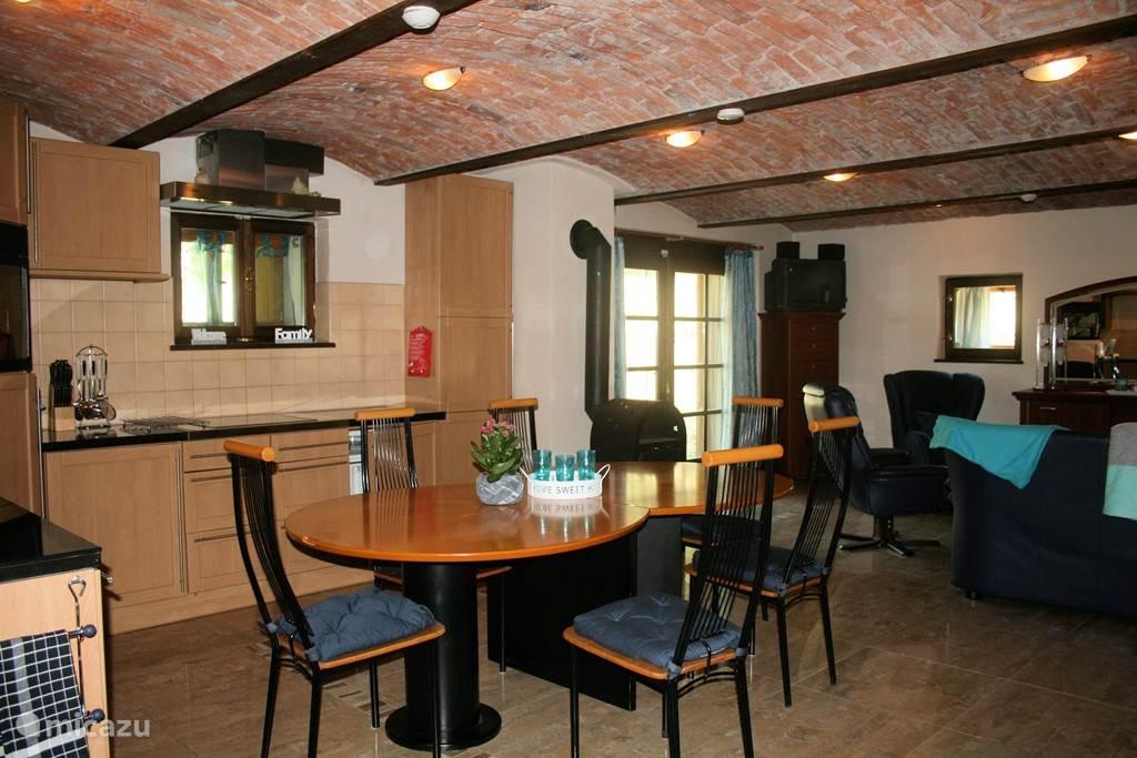 Sfeervolle woonkamer met open keuken voorzien van alle luxe, vaatwasser,magnetron,oven etc..