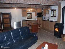 De woonkamer met een knusse  houtkachel.
