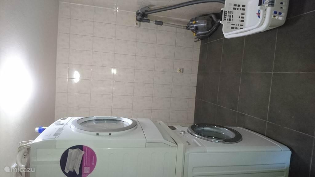 Was-droog kamer voorzien van wasmachine en wasdroger / strijkplank /strijkijzer /Dyson stofzuiger etc..