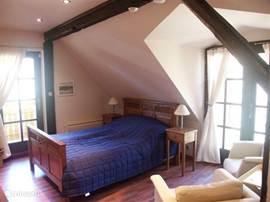 Slaapkamer (2)landelijk ingericht met 2 balkons en lekker veel licht.