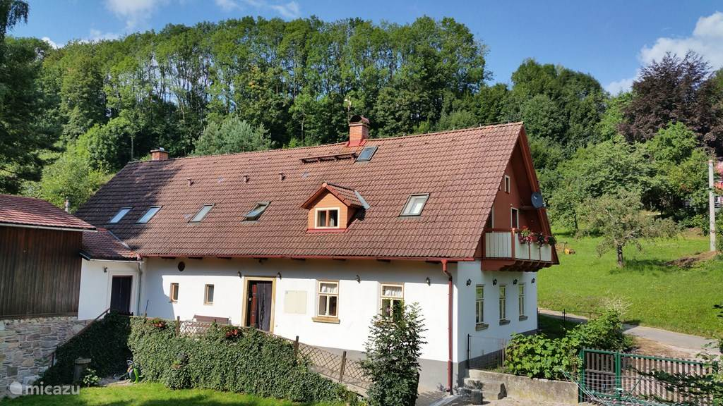 Qlik Lišnice located just outside the village is spacious and equipped with every comfort. The house has vaulted ceilings and is tastefully decorated. It is beautifully situated on a slope near the river with magnificent views over a boheemsdal.