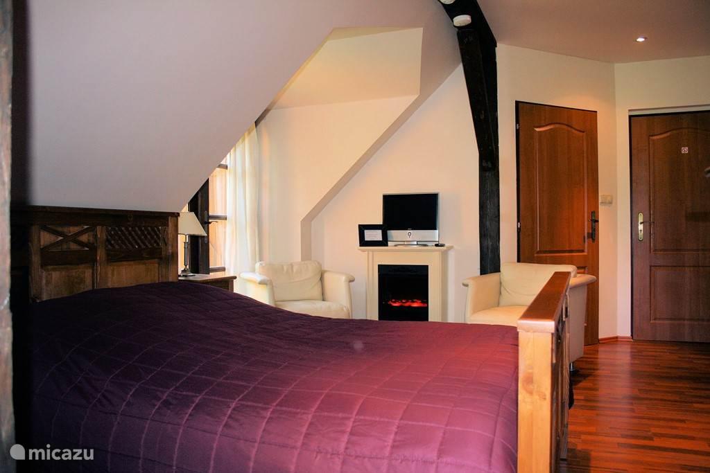 Slaap kamer 2 met  tweepersoonsbed en sfeer haard en LCD/DVD speler
