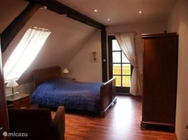 Slaapkamer (3)deze kamer is met een antiek bed  van ruim 100jaar en ruime kledingkast ingericht.