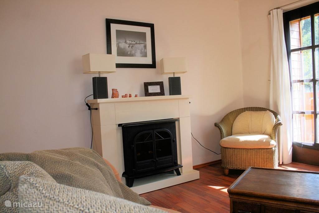 Kamer 5 (extra optie) de Master room met sfeer haard relax stoel en zelfs een heerlijke wegzak bank erin.