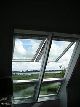 Nogmaals zicht over het natuurgebied vanuit de slaapkamer
