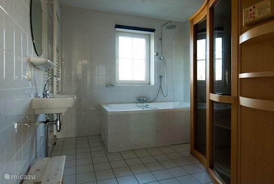 Overzicht van de badkamer op de begane grond