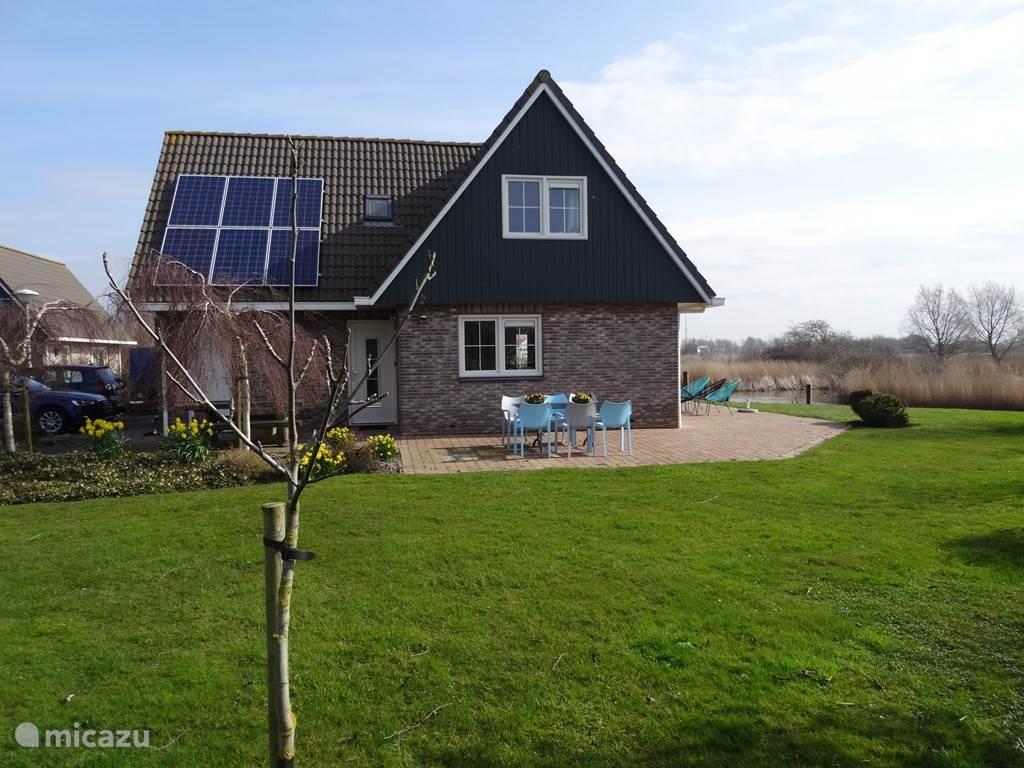 Aanzicht van het huis en de tuin van 1000m²