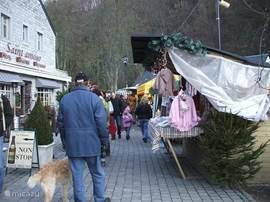 De Kerstmarkt in Durbuy is voor sportieve mensen lopend te bezoeken. ongeveer een half uur lopen of anders met de auto naar de grote parkeerplaats aan het begin van het dorp en dan 10 min. lopen.