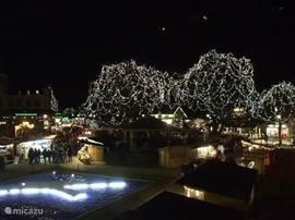 De verlichte bomen bij de Kerstmarkt in Durbuy