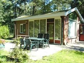 de bungalow in een zonnige tuin