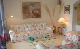 Huiskamer zitgedeelte met fraai uitzicht over zwembad en vergezicht over heuvels