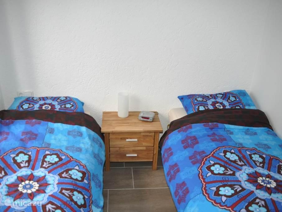 slaapkamer 2, ingericht met 2 losse bedden, ook deze slaapkamer heeft vloerverwarming