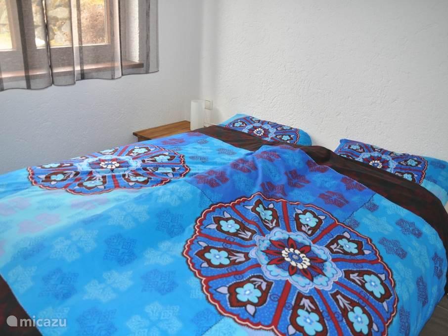 slaapkamer 2 ingericht met bed als 2 persoonsbed, ook deze slaapkamer heeft vloerverwarming (=dezelfde kamer als op de voorgaande foto)