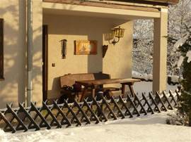onze tuin in de winter, lekker in het zonnetje! in de prive berging staan tuinstoelen (o.a. 5 standen stoelen) en liggen tuinkussens