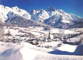 het dorp Maria Alm in de winter