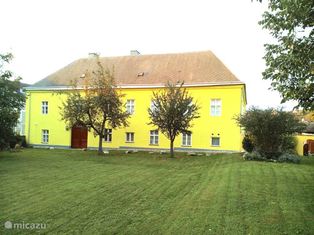 Tuin van de Hohe Schule met veel fruitbomen en zit- en speel gelegenheid!