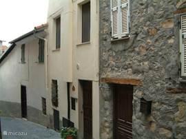 Beleef het echte Italie in het Ligurische binnenland. In de bergen in het autovrije middeleeuwse dorpje Chiusanico bevindt zich onze zeer goed  onderhouden en mooi ingerichte woning! Een grote slaapkamer voor twee personen en een zeer kleine slaapkamer me