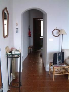 Doorgang van de woonkamer naar de badkamer, uitgang en kleine slaapkamer