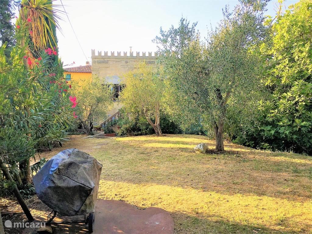 Villetta Yvonne, romantische studio (2 woonlagen) in huisje met kantelen en grote tuin (650 m2) die af en toe met alleen de gastheer gedeeld moet worden. Strategische plek tussen alle cultuursteden en de zee in.
