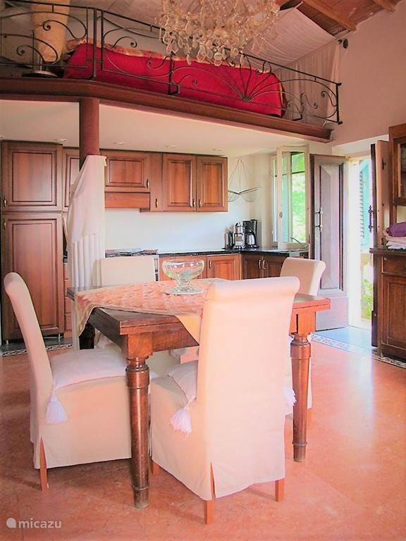 Studio met mezzanino (lage vliering max. 165cm onder dak) waar slaapgedeelte, totale hoogte 4,60 cm, roze marmeren vloer met terrazzo van bloemen, alle luxe en overcompleet