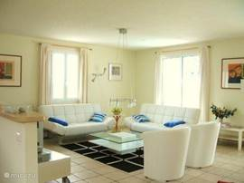 De lichte woonkamervan villa  Lesparrot