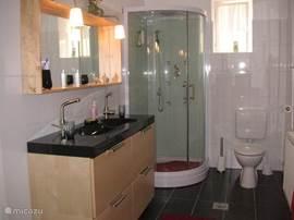 zeer grote luxe badkamer
