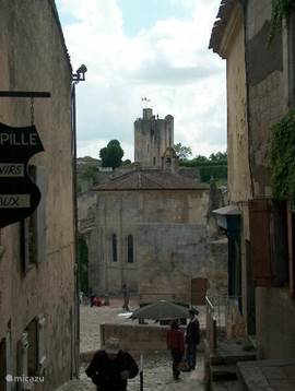 The old town of St Emilion, where one of the most famous Bordeaux wines come from, located just 12 kilometers away. We go there every year around, not only because of the atmospheric streets in the old center, but also because of the wonderful restaurants that you find there!