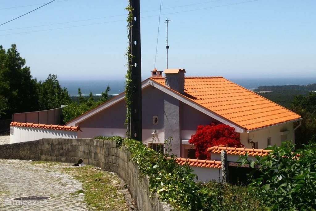 Dit ziet u als u aan komt wandelen vanuit de richting van Caminha. Rechtsonder is de toegangspoort te zien tot het terras.