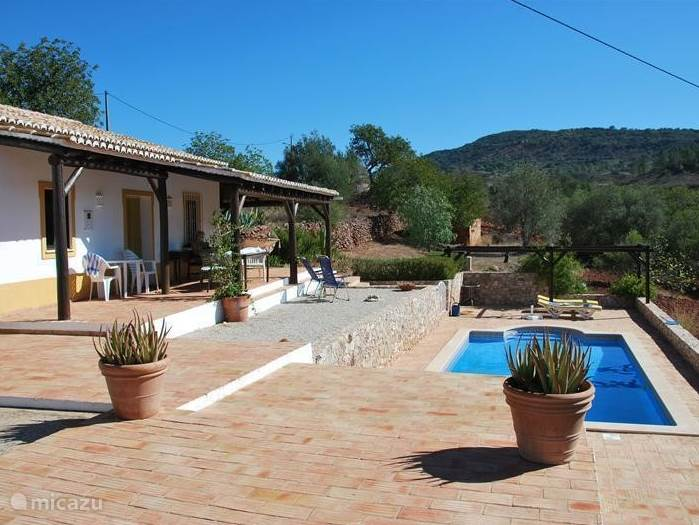 Overzicht huis met terrassen en zwembad