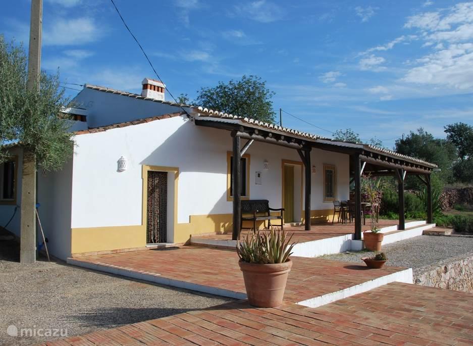 Casa Boa Terra met links de ingang naar de keuken, het terras met de deur naar de woonkamer.