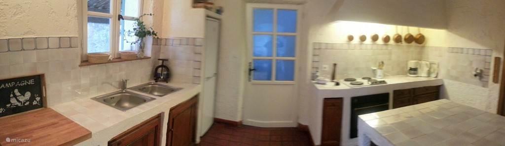 In de keuken is alles aanwezig voor de hobbykok