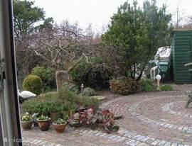 De ruime tuin met heerlijk terras heeft volledige privacy en de hele dag zon.
