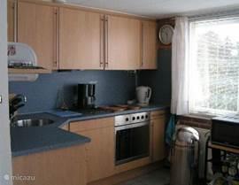 De open keuken is van alle gemakken voorzien waaronder een magnetron en aparte grote oven en een vierpits kookstel met afzuigkap, waterkoker en koffiezetapparaat.