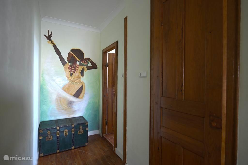 De gang en de deur naar de badkamer.