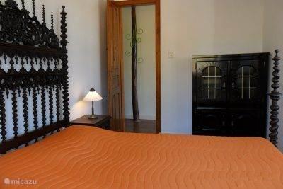De slaapkamer met dubbelbed.