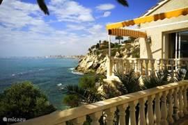 Compleet gerenoveerd, zeer luxe afgewerkt vrijstaand huis met eigen toegang naar de zee en zonneplateau. Vanaf het zonneplateau kunt u zwemmen, snorkelen en duiken er is een douche aanwezig. Diversen zonnige terrassen rond het huis met uitzicht over de zee en kustlijn van El Campello en San Juan.