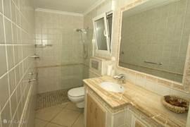 Badkamer 2 gelegen in de slaapkamer